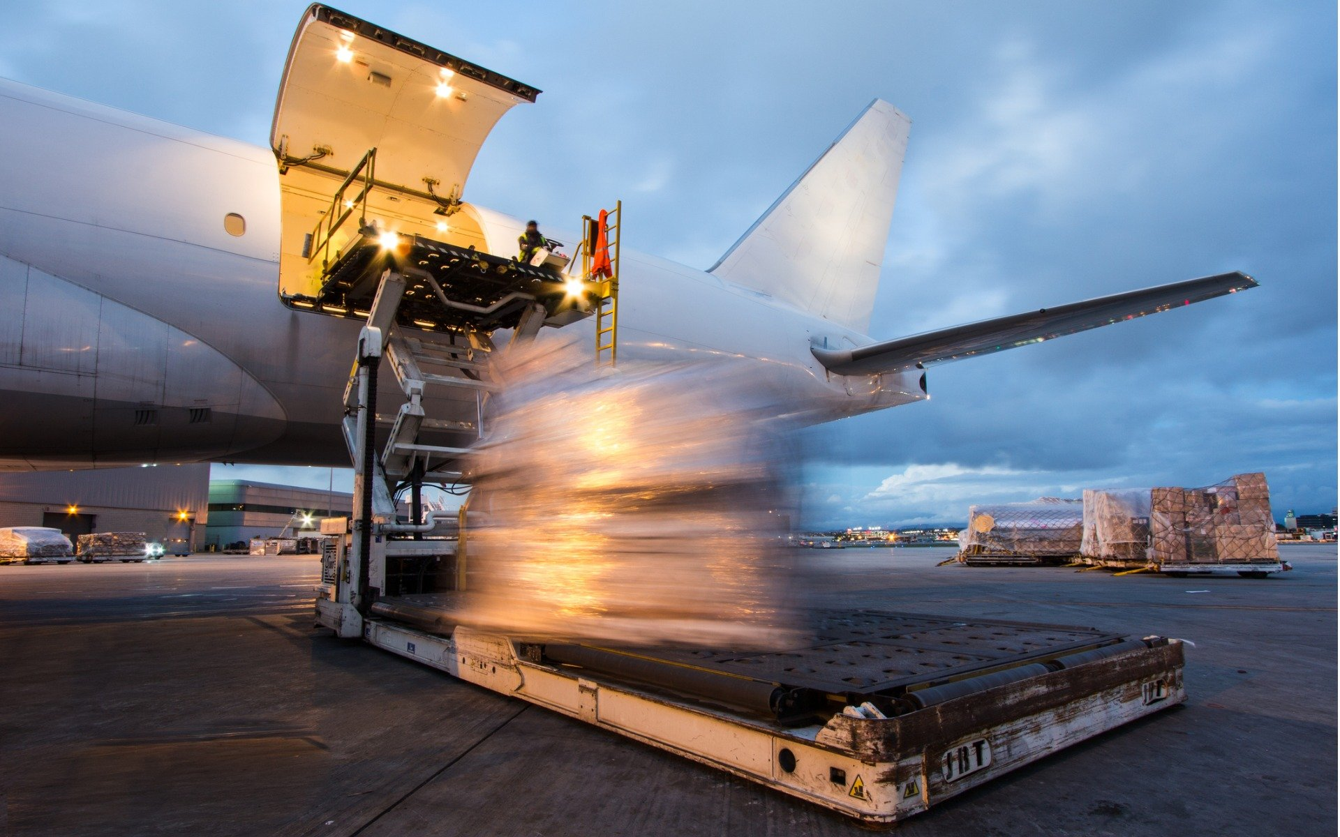 cargo-loading-picture-id1127728208